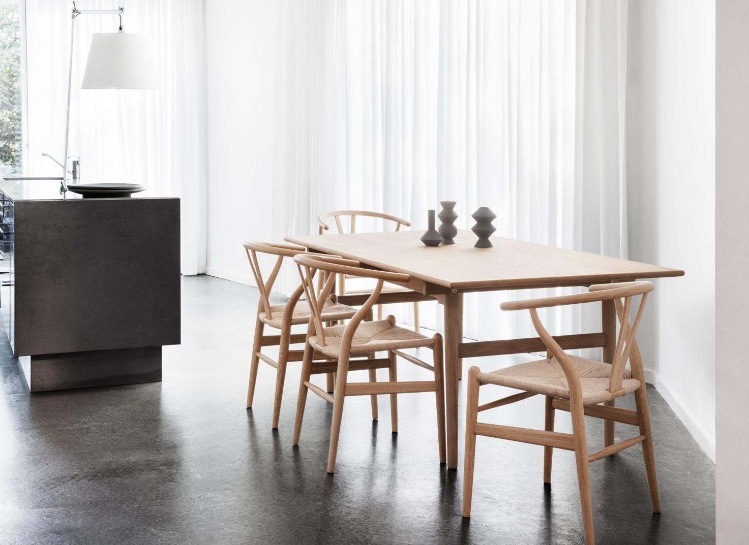 Ghế Wishbone màu sắc tự nhiên cho không gian phòng ăn.