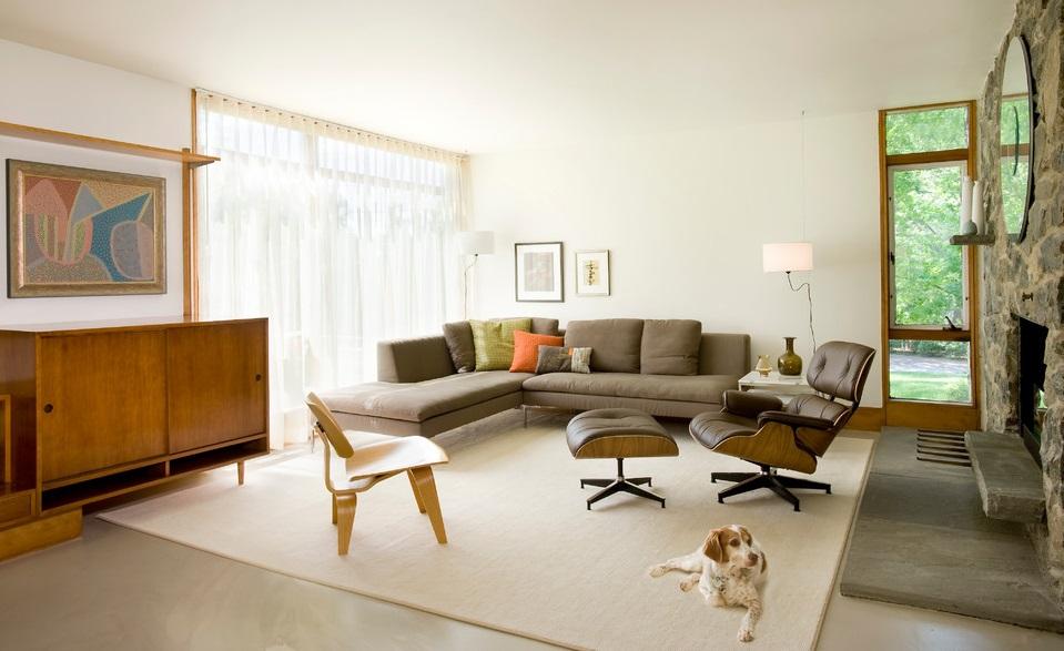 Ghế LCW và sofa được phối hợp với gối nhiều màu sắc giúp không gian sinh động hơn.
