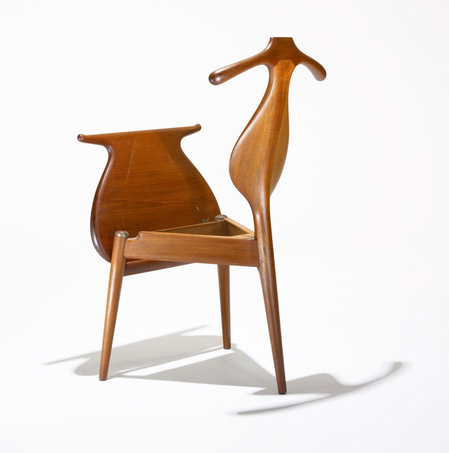 VALET CHAIR Design: Hans J.Wegner, 1951 510 x 500 x 950 mm Solid OAK wood Price: 3.770.000 VND Ghế Valet là một trong những thiết kế tiêu biểu của Wegner, công năng của ghế không chỉ dùng làm ghế ăn, ghế cà phê, trong các quán cafe, nhà hàng, khách sạn, mà còn dùng trong tư gia với cả chức năng móc áo quần nhé!